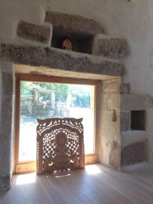 vue de la salle de yoga vers le puits